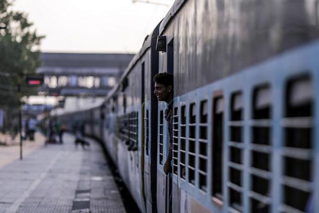 اس بارے میں مسافروں کی جانب سے بھی شکایت کی جاتی تھی کہ طویل فاصلہ کی ٹرینوں میں برتھ خالی رہنے پر کرنٹ کاؤنٹر سے کسی بھی اسٹیشن کے لئے ٹکٹ دیا جاتا ہے ، تو پھر ایڈوانس ریزرویشن میں یہ سہولت کیوں نہیں دی جاتی۔