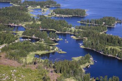 فن لینڈ بھی ایک ایسا ملک ہے جہاں گرمی کے دوران 73-74 دنوں تک سورج نہیں ڈوبتا۔ آپ یہاں پر اسکئینگ، سائکلنگ اور ہائکنگ جیسی سرگرمیاں کر لطف اندوز ہو سکتے ہیں۔