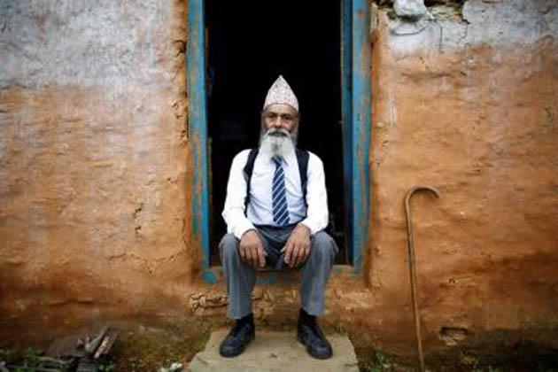 پہاڑیوں کے درمیان آباد گاؤں سگنجا کے رہنے والے کامی یوں تو 68 سال کے ہیں، لیکن اپنے خواب کو پورا کرنے کے لئے وہ پھر سے بچہ جیسا بن گئے ہیں۔