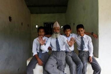 بیوی کی موت کے بعد کامی نے تنہائی ختم کرنے کے لئے مقامی اسکول میں داخلہ لے لیا۔