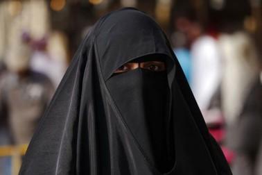 یوگی کی ریلی میں مسلم خاتون کی سر عام بےعزتی، یوپی پولیس نے زبردستی اتروایا برقع