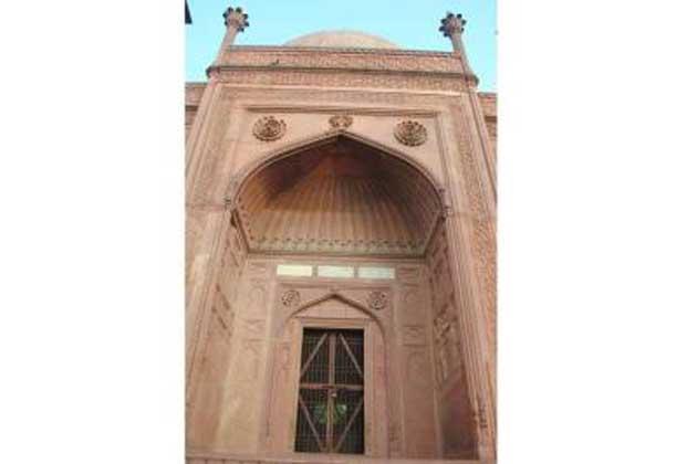 یہ ایک 58 فٹ لمبےچوڑے   چبوترے  پر بنایا گیا ہے۔ تاج محل کی طرح ہی اونچے مينار بنائے ہیں۔ درمیان میں تاج محل کی طرح ہی ایک گول گنبد بھی بنا ہوا ہے۔ لال تاج محل میں ایک تہہ خانے بھی ہے۔