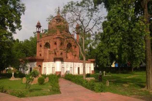 مهادجي کی موت کے بعد هیسنگ آگرہ آ گیا۔  1803 میں اس کی موت ہو گئی۔هیسنگ کی اہلیہ نے اس کی یاد میں اس عمارت کی تعمیر کروائی تھی ۔