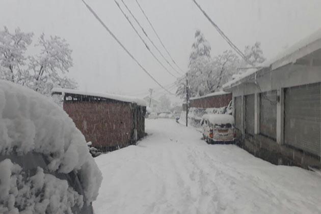 انہوں نے بتایا کہ ملتوی شدہ پرچوں کی نئی تاریخوں کا اعلان بعد میں کیا جائے گا۔ یہ گذشتہ دو ہفتوں میں دوسری دفعہ ہے کہ جب کشمیر یونیورسٹی کو برف باری کے باعث امتحانات ملتوی کرنا پڑے ہیں۔