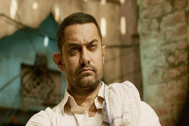 بالی ووڈ کے مسٹر پرفیكشنسٹ عامر خان کی فلم 'دنگل' نے کئی ریکارڈ توڑ دیئے ہیں۔ یہ فلم اب تک کی سب سے زیادہ کمائی کرنے والی فلم بن گئی ہے۔ ویسے آج بھلے ہی کئی ستاروں کی فلمیں 100 کروڑ کا کاروبار کرتی ہوں، لیکن عامر ایسے پہلے اداکار ہیں جن کی فلم سب سے پہلے 100 کروڑ کلب میں شامل ہوئی تھی۔ (فلم اسٹل)۔