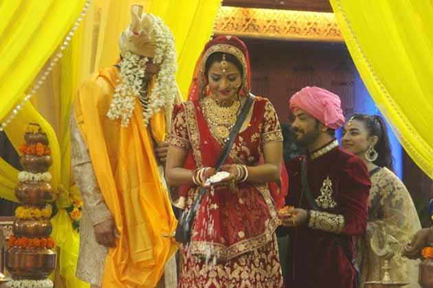 بگ باس کی مد مقابل اور بھوجپوری اداکارہ مونالیسا کی 'بگ باس' کے گھر میں دھوم دھام سے شادی ہوئی۔ بدھ کی رات کو مونا نے اپنے بوائے فرینڈ وكرانت سنگھ کے ساتھ سات پھیرے لئے۔ اس شادی میں بھوجپوری فلموں کے کئی ستارے بھی شامل ہوئے۔ دیکھیں مونا کی شادی کی تصویریں۔