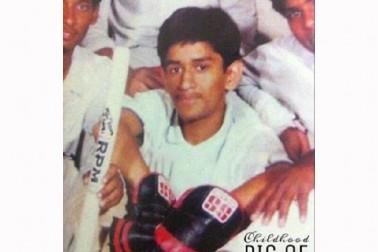 یہ دھونی کے جوانی اور کرکٹ کے ابتدائی دنوں کی تصاویر ہیں ، جب ان کی ٹیم نے شہر کے ٹورنامنٹ جیت لیا۔