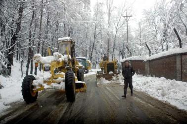 وادی کشمیر میں بھاری برف باری کے باعث معمولات زندگی مسلسل تیسرے دن بھی مفلوج رہے۔ سری نگر کے بین الاقوامی ہوائی اڈے پر فضائی جبکہ سری نگر۔ جموں قومی شاہراہ پر زمینی ٹریفک مسلسل ٹھپ رہا۔  اس دوران محکمہ موسمیات نے وادی میں اگلے چوبیس گھنٹوں کے دوران مزید بارش اور برف باری کی پیشن گوئی کی ہے۔ اگرچہ گزشتہ 18 گھنٹوں کے دوران برف باری کی شدت میں کمی درج کی گئی ، تاہم وقفے وقفے سے ہلکی برف باری کا سلسلہ جاری رہا۔