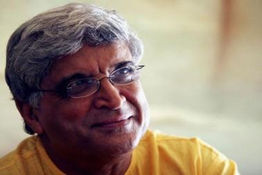 جاوید اختر 17 جنوری 1945 کو پیدا ہوئے۔ ا ن کے والد جاں نثار اختر بھی اردو کے ممتاز شاعر تھے جنہوں نے متعدد فلموں کے لئے گیت لکھے۔