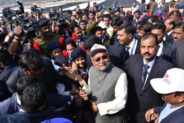 انسانی زنجیر میں شامل ہونے کے لئے پٹنہ کے گاندھی میدان میں وزیر اعلی نتیش کمار کے ساتھ ساتھ آر جے ڈی سربراہ لالو یادو بھی پہنچے۔