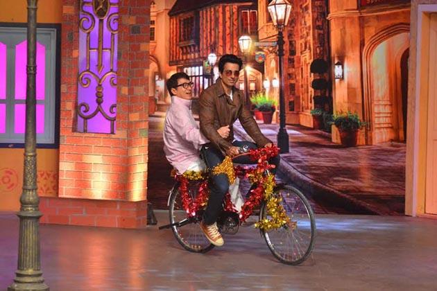 کپل کے شو میں اداکار سونو سود سائیکل چلا رہے تھے اور جیکی چین پیچھے بیٹھے تھے۔