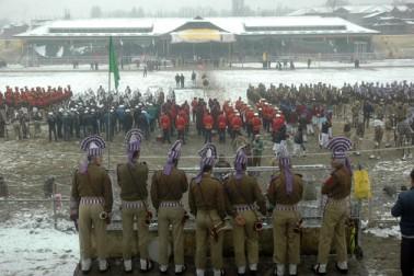 ریہرسل سے قبل اسکولی بچوں اور بچیوں کو اسٹیڈیم میں داخل ہونے کے لئے سخت سردی اور برستی برف باری کے باوجود کڑی جامہ تلاشی کے مرحلے سے گذرنا پڑا۔ اسکولی اساتذہ نے یو این آئی کے نامہ نگار کو بتایا 'جامہ تلاشی اور شناخت کی تصدیق کے لئے ہمارے طلبہ و طالبات کو برستی برف کے درمیان قریب ایک گھنٹے تک گیٹ نمبر چار پر قطار میں ٹھہرایا گیا'۔