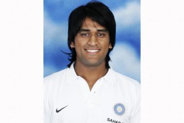 یہ دھونی کے ٹیسٹ ٹیم میں منتخب ہونے کے بعد کی تصویر ہے۔ دھونی نے اپنی پہلی ٹیسٹ اننگز میں 30 رنز بنائے تھے۔ یہ میچ 2 دسمبر 2005 کو سری لنکا کے خلاف چنئی میں کھیلا گیا تھا۔