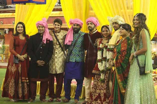 بھوجپوری فلموں کے مشہور اداکار نرہوا نے بھی مونالیسا کی شادی میں شرکت کی۔