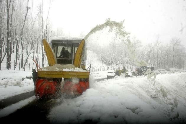 رفیع آباد کا دزنہ نامی گاؤں جو کہ بھاری برف باری کے باعث ضلع کے دوسرے علاقوں سے کٹ کر رہ گیا ہے، کے لوگوں نے ایک حاملہ خاتون کو چار پائی پر اٹھاکر 15 کلو میٹر دور واقع ہیلتھ سب سنٹرل ہاچی پورہ پہنچایا ہے۔  محکمہ موسمیات کے ایک ترجمان نے یو این آئی کو بتایا کہ جموں وکشمیر کے کئی ایک مقامات پر اگلے چوبیس گھنٹوں کے دوران ہلکی سے درمیانہ درجے کی بارش یا برف باری ہوگی۔ انہوں نے بتایا 'تاہم اس کے بعد آنے والے 48 گھنٹوں کے دوران چند ایک مقامات پر ہلکی بارش یا برف باری ہوسکتی ہے'۔  گلمرگ جہاں برفانی ڈھلانوں پر چار سے زیادہ فٹ برف جمع ہوگئی ہے، میں گذشتہ رات وادی رواں موسم کی سرد ترین رات ریکارڈ کی گئی جس دوران وہاں کم سے کم درجہ حرارت منفی 8 اعشاریہ 2 ڈگری ریکارڈ کیا گیا۔ گلمرگ کے بالائی حصوں بشمول کونگ ڈوری، کھلن مرگ اور افروٹ میں گزشتہ دو دونوں کے دوران پانچ فٹ سے زیادہ برف جمع ہوئی ہے۔ برف باری سے لطف اندوز ہونے کے لئے سیاحوں کی ایک بڑی تعداد گلمرگ وارد ہوئی ہے۔