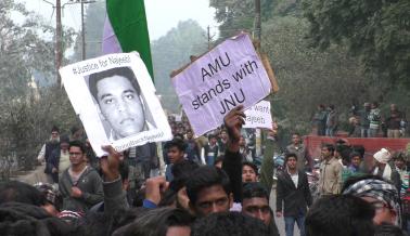 اس کے باوجود بھی بڑی تعداد میں طلباء ریلوے اسٹیشن پہنچنے میں کامیاب ہوگئے اور دہلی ہاوڑا ٹریک پر نعرے بازی کرتے ہوئے تقریباً ایک گھنٹہ تک ٹریک جام کر دیا۔