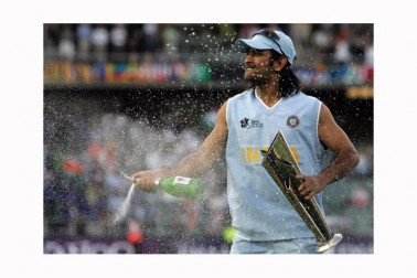 یہ تصویر دھونی کے عالمی کرکٹ کی پر چھا جانے کی کہانی بیان کرتی ہے۔ ہندوستانی ٹیم نے اپنا پہلا ٹی -20 انٹرنیشنل میچ براہ راست ورلڈ کپ میں کھیلا تھا ۔ دھونی نے نوجوان ٹیم کو سنبھالا اور ٹیم انڈیا نے فائنل میں حریف پاکستان کو 4 رنز سے شکست دے کر عالمی خطاب جیتا تھا ۔