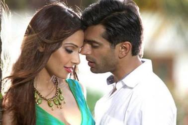 دو ہزار پندرہ میں ریلیز ہوئی فلم 'الون' میں بپاشا اپنے شوہر کرن سنگھ گروور کے ساتھ نظر آئی تھیں، لیکن باکس آفس پر یہ فلم بری طرح فلاپ ثابت ہوئی۔