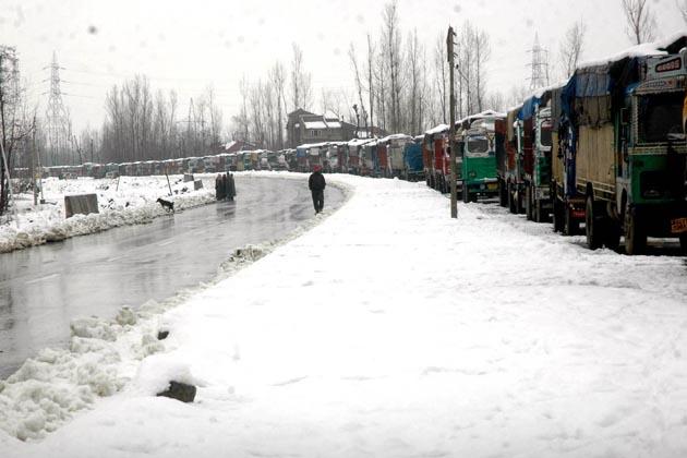 شمالی کشمیر کے سبھی حصوں میں بڑے پیمانے پر برف باری ہوئی ہے جس کے نتیجے میں سینکڑوں سرحدی علاقوں بشمول لائن آف کنٹرول(ایل او سی) کے نزدیکی دیہات کو جوڑنے والی درجنوں سڑکیں بند ہوگئی ہیں۔ قصبہ کپواڑہ میں ایک فٹ برف جمع ہوئی ہے۔  جنوبی کشمیر میں واقع شہرہ آفاق سیاحتی مقام پہل گام میں گزشتہ چوبیس گھنٹوں کے دوران دو فٹ برف جمع ہوئی ہے۔ پہل گام میں گذشتہ رات کم سے کم درجہ حرارت منفی 4 اعشاریہ 3 ڈگری ریکارڈ کیا گیا۔