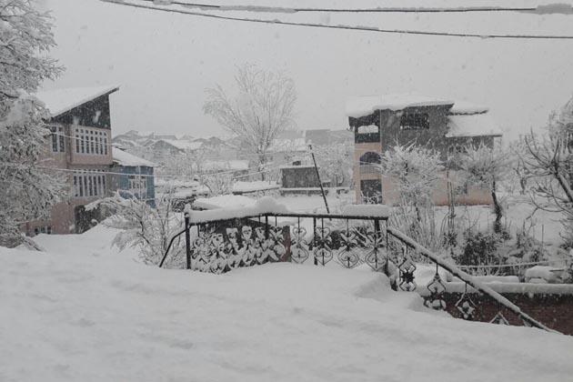 ہوائی اڈے کے ایک عہدیدار نے یو این آئی کو بتایا 'ائرپورٹ پر برف باری کا سلسلہ جاری ہے جس کے باعث تاحال کوئی بھی پرواز آپریٹ نہیں کرسکی ہے'۔ انہوں نے بتایا کہ رن وے پر برف جمع ہے جبکہ روشنی بھی بہت ہی کم ہے۔