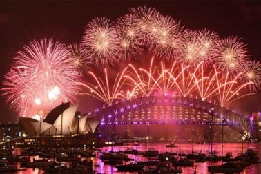 ہندوستان سمیت دنیا بھر میںنئے سال 2017 کا جشن دھوم دھام سے منایا جارہا  ہے۔ نیوزی لینڈ اور آسٹریلیا سے شروع نئے سال کا دنیا بھر میں لوگ الگ الگ طرح سے کا استقبال کر رہے ہیں۔ ہندوستان سمیت کئی دیگر ممالک میں ہفتہ کی رات 12 بجے سے پہلے ہی نئے سال کا جشن شروع ہو گیا۔(تصاویر اے پی)۔