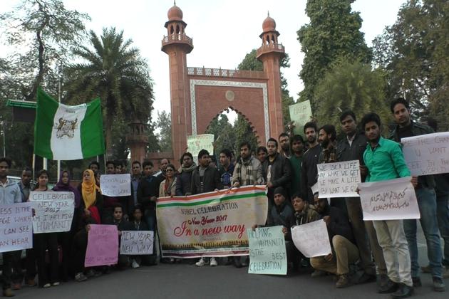 علی گڑھ مسلم یونیورسٹی طلبہ کی تنظیم آئی پرومس نے عائشہ ترین اسکول کے ساتھ مل کر نئے سال کو اے ایم یو کی تہذیب کے تحت منایا۔ اس موقع پر پسماندہ طبقہ سے تعلق رکھنے والے افراد میں گرم کپڑے اور خوردنی اشیا  تقسیم کی گئیں ۔