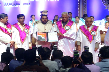 بنگلورو کےگیان جیوتی آڈیٹوریم میں بنگلورو یونیورسٹی کا 52 واں کنووکیشن پروگرام منعقد کیا گیا ۔ ـ کنووکیشن میں 58 لڑکوں اور 145 لڑکیوں کوگولڈ میڈل سے نوازا گیا جبکہ 42,245 طلبا اورطالبات میں اسناد تقسیم کیےگئے۔