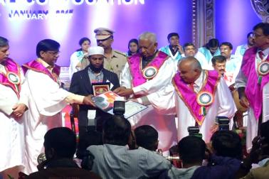 کرناٹک کے گورنر وجوبھائی والا نے طلبا و طالبات میں گولڈ میڈل اور اسناد تقسیم کیے۔