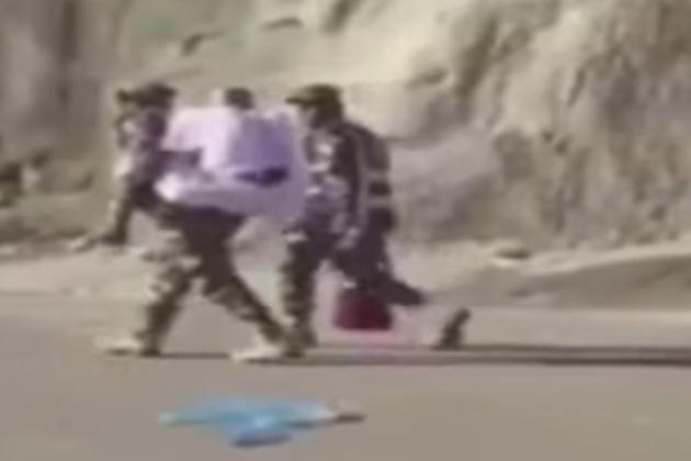 چودہ  ستمبر 2016 : حج سیزن کے دوران اپنے فرائض انجام دینے والے ایک سعودی سکیورٹی اہل کار کی تصویر سامنے آئی جس میں وہ اپنی پیٹھ پر ایک عمر رسیدہ بوڑھی خاتون کو اٹھایا ہوا ہے تاکہ مذکورہ خاتون آسانی کے ساتھ مناسک حج کی ادائیگی کر سکیں۔