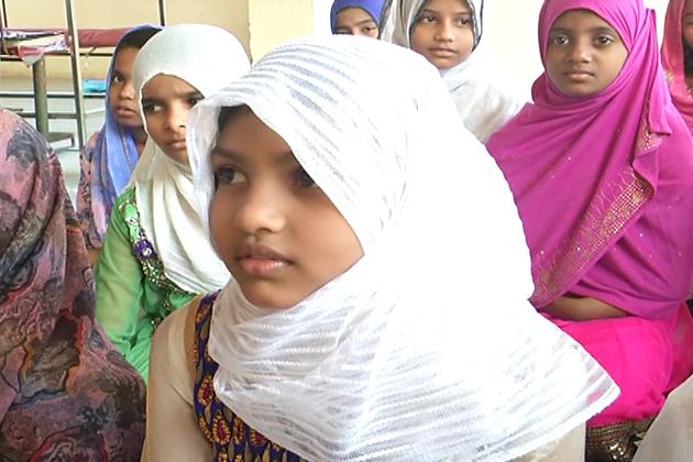 یہاں بچیوں کو نصابی تعلیم کے علاوہ دینی تعلیم اور کاریگری بھی سکھائی جاتی ہے تاکہ وہ لڑکیاں مستقبل میں اپنے پیروں پر کھڑی  ہوسکیں اور ملک کا نام روشن کرسکیں۔