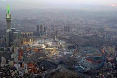 سولہ  جون 2016 : سعودی پریس ایجنسی ایس اے پی کے کیمرے کی آنکھ نے غروبِ آفتاب کے وقت مسجد حرام کا ایک روح پرور فضائی منظر محفوظ کر لیا۔
