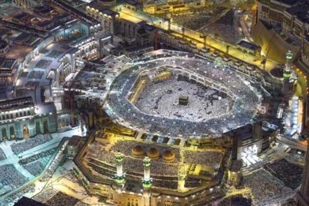 دو جولائی 2016 :  رمضان المبارک کی 27 ویں شب کو مسجد حرام کے اوپر تقریبا 2500 فٹ کی بلندی پرسے کیمرے کی آنکھ نے بیت اللہ اور لاکھوں معتمرین اور زائرین کا روح پرور منظر محفوظ کر لیا۔ (تصاویر اور رپورٹ : العربیہ ڈاٹ کام ) ۔