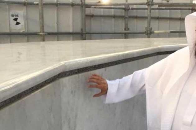 """نو جنوری 2016 : خانہ کعبہ کی بیرونی نچلی دیوار """"شاذروان"""" کے سنگ ِ مرمر کی تبدیلی کا کام مکمل کر لیا گیا۔ مسجد حرام اور مسجد نبوی کے امور کی پریذیڈنسی کے سربراہ شیخ عبدالرحمن السدیس کے مطابق حطیم کے 46 ٹائلوں کو تبدیل کیا گیا۔"""