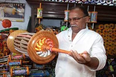 سلیم خود تو اپنی دکان پر چائنیز ڈوری نہیں رکھتے ہیں ۔ ساتھ ہی ساتھ خریداروں سے بھی اپیل کرتے ہیں کہ وہ چائنیز ڈوریاں نہ خریدیں۔ (رپورٹ :عارف عالم)۔