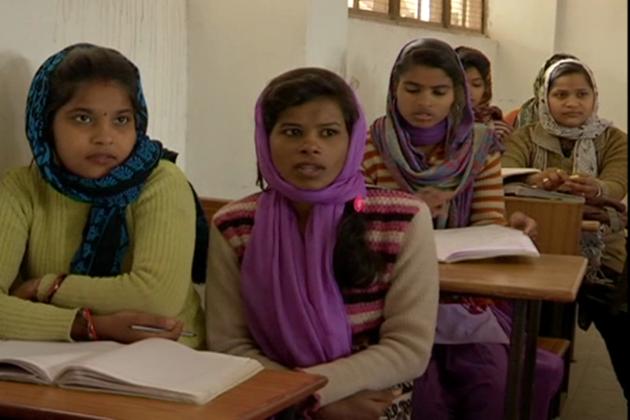 بیٹی بچاو اور بیٹی پڑھاو کا نعرہ بلند کرنے والی مد ھیہ پردیش حکومت بیٹیوں کی بات تو کرتی ہے ، مگر ان کو بیٹیوں پر توجہ نہیں دے رہی ہے ، جو اچھی تعلیم حاصل کرنے کے باوجودچھوٹے موٹے کام کرنے پر مجبور ہیں ۔ کہنے کو تو مدھیہ پردیش ترقی یافتہ ریاست ہے ، لیکن اس ترقی میں مسلم طبقہ کی بات کی جائے ، تووہ ندارد ہے۔