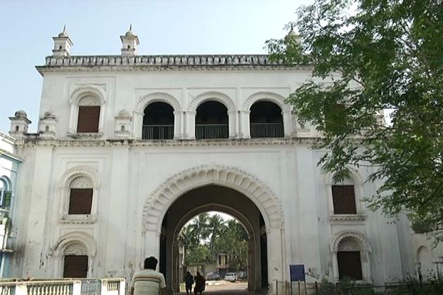 سراج الدولہ نے یہاں سے ہی پلاسی کی جنگ کی لڑی ، جس میں انہیں شہید کردیا گیا۔ یہاں آج بھی انکا مقبرہ موجود ہے۔