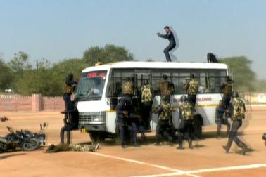 جب کبھی کسی مقام پر دہشت گردانہ حملہ ہوتا ہے ، تو پولیس اس کو ناکام بنانے کیلئے کس جاں فشانی کا مظاہرہ کرتی ہے اور دہشت گردوں کو کیسے پسپا کیا جاتاہے، اس کا بھی ایک عملی نمونہ یہاں طلبہ کو دکھایا گیا ۔