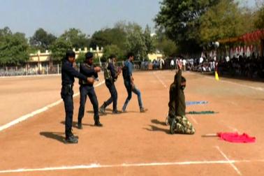 ہتھیاروں کی نمائش کو دیکھنے کے لیے ہندی ،انگریزی کے علاوہ اردو میڈیم کے طلبہ بھی کثیر تعدادمیں پولیس ہیڈ کوارٹر گراونڈ پہنچے ۔