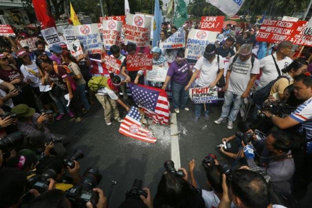 سینکڑوں مظاہرین مارچ کرتے ہوئے سڑکوں پر اتر آئے اور کئی گروپوں کا پولیس کے ساتھ تصادم بھی ہو گیا۔ مظاہرین نے پولیس پر پتھر اور بوتلیں پھینکیں ۔