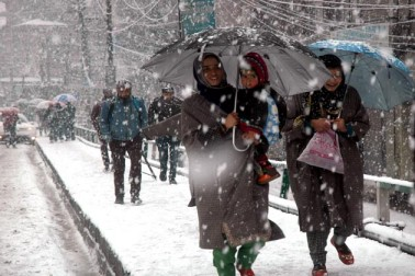 کشمیر یونیورسٹی نے وادی میں شدید برف باری کے پیش نظر ہفتہ اور اتوار کو لئے جانے والے تمام امتحانات ملتوی کردیے ہیں۔ اس کے علاوہ دیگر کچھ اداروں نے بھی اگلے دو دنوں کے دوران لئے جانے والے مسابقتی امتحانات ملتوی کرنے کا اعلان کیا ہے۔ وادی میں جمعہ کی صبح شروع ہونے والی شدید برف باری کے باعث نظام زندگی درہم برہم ہوکر رہ گیا ہے جبکہ سڑکوں پر گاڑیوں کی آمدورفت بند ہوگئی ہے۔ ادھر انتظامیہ نے ریاست کے بالائی علاقوں میں اگلے 24 گھنٹوں کے دوران برفانی تودوں کے گرآنے کی وارننگ جاری کردی ہے۔