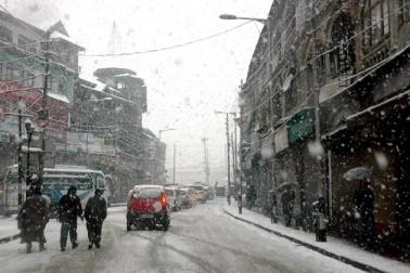 ایک ٹریفک پولیس افسر کے مطابق مختلف مقامات بشمول قاضی گنڈ، جواہر ٹنل اور شیطان نالہ علاقوں میں شدید برف باری کے بعد سری نگر۔ جموں قومی شاہراہ پر گاڑیوں کی آمدورفت روک دی گئی ہے'۔ انہوں نے بتایا 'شاہراہ پر پھسلن پیدا ہوگئی ہے اور اگلے احکامات تک کسی بھی گاڑیوں کو اس پر چلنے کی اجازت نہیں دی جائے گی'۔