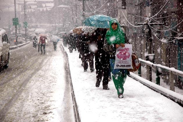 کشمیر یونیورسٹی کے ایک ترجمان نے بتایا کہ یونیورسٹی انتظامیہ نے شدید برف باری کے پیش نظر ہفتہ اور اتوار کو لئے جانے والے تمام امتحانات ملتوی کرنے کا فیصلہ کرلیا ہے۔
