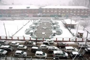 درجنوں علاقوں سے بجلی کی ترسیلی لائنوں کو نقصان پہنچنے کی اطلاعات موصول ہوئی ہیں۔ برف باری کے بعد پیدا ہونے والی پھسلن کے پیش نظر بہت ہی کم گاڑیاں سڑکوں پر چلتی ہوئی نظر آئیں۔