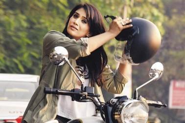 اداکارہ سونالی کلکرنی نے کہا  کہ متوازی سنیما کے ماہرا اور صحیح معنوں میں ہندوستان کے حقیقی بین الاقوامی سپر اسٹار کااختتام، میں یہ سن کر صدمے میں ہوں۔(تصویر :ٹویٹر) ۔