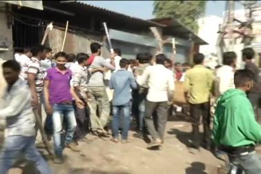 واقعہ کی معلومات ملنے کے بعد موقع پر پہنچی پولیس کے ذریعہ حالات کو قابو میں کرنے کی کوشش کی ہی جا رہی تھی ، لیکن مشتعل لوگوں نے اس دوران پولیس پر ہی پتھر او شروع کر دیا ۔