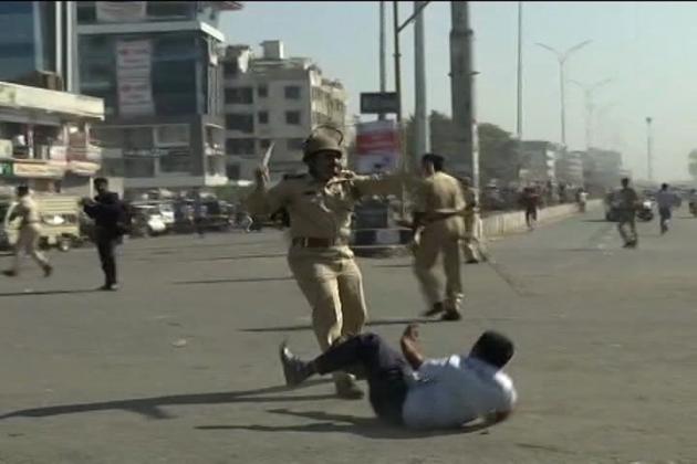 حالت کو قابو میں کرنے کیلئے پولیس کو لاٹھی چارج کرناپڑا۔