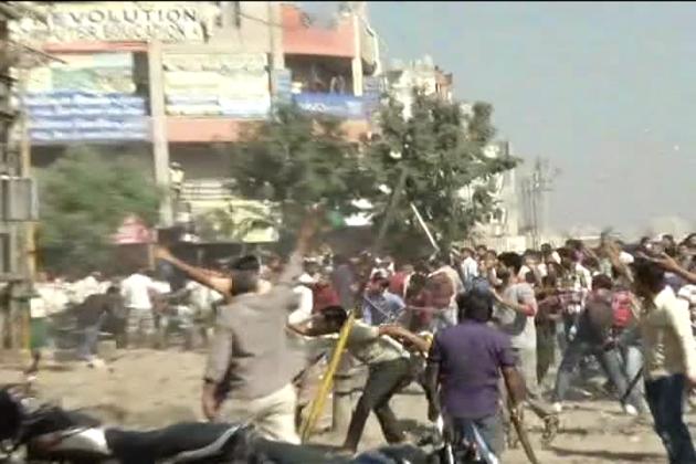 وی ایچ پی کے کارکنان جے شری رام کے نعرے کے ساتھ راستے پر اتر گئے اور دو تین گاڑیوں میں آگ لگادی  ،  جس کی وجہ سے حالات مزید کشیدہ ہو گئے ۔