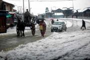کشمیر میں تازہ برف باری سے نظام زندگی