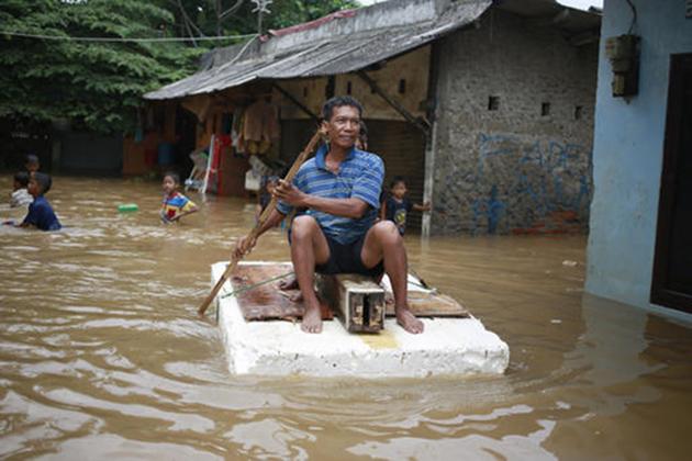 انڈونیشیا میں سیلاب کی وجہ سے ہزاروں لوگ گھر چھوڑنے پر مجبور ہو گئے ہیں۔ دارالحکومت جکارتہ میں سینکڑوں گھروں میں پانی بھر گیا ہے۔ حالات انتہائی خراب ہیں۔