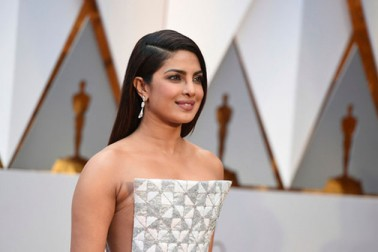 بالی ووڈ اداکارہ پرینکا چوپڑا کا جلوہ آسکر تقریب میں بھی نظر آیا۔ وہ ریڈ کارپیٹ پر انتہائی خوبصورت لگ رہی تھیں، انہوں نے اس تقریب میں سفید اور سلور رنگ کا رالف-روسو گاؤن پہنا ہوا تھا۔ (تصویر اے پی)۔